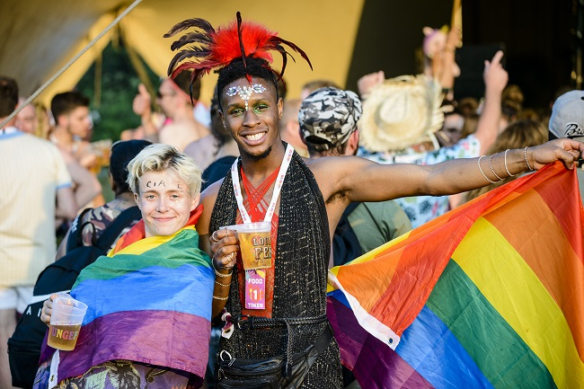 Two people with rainbow flags and beer partying at Loungefest 2018